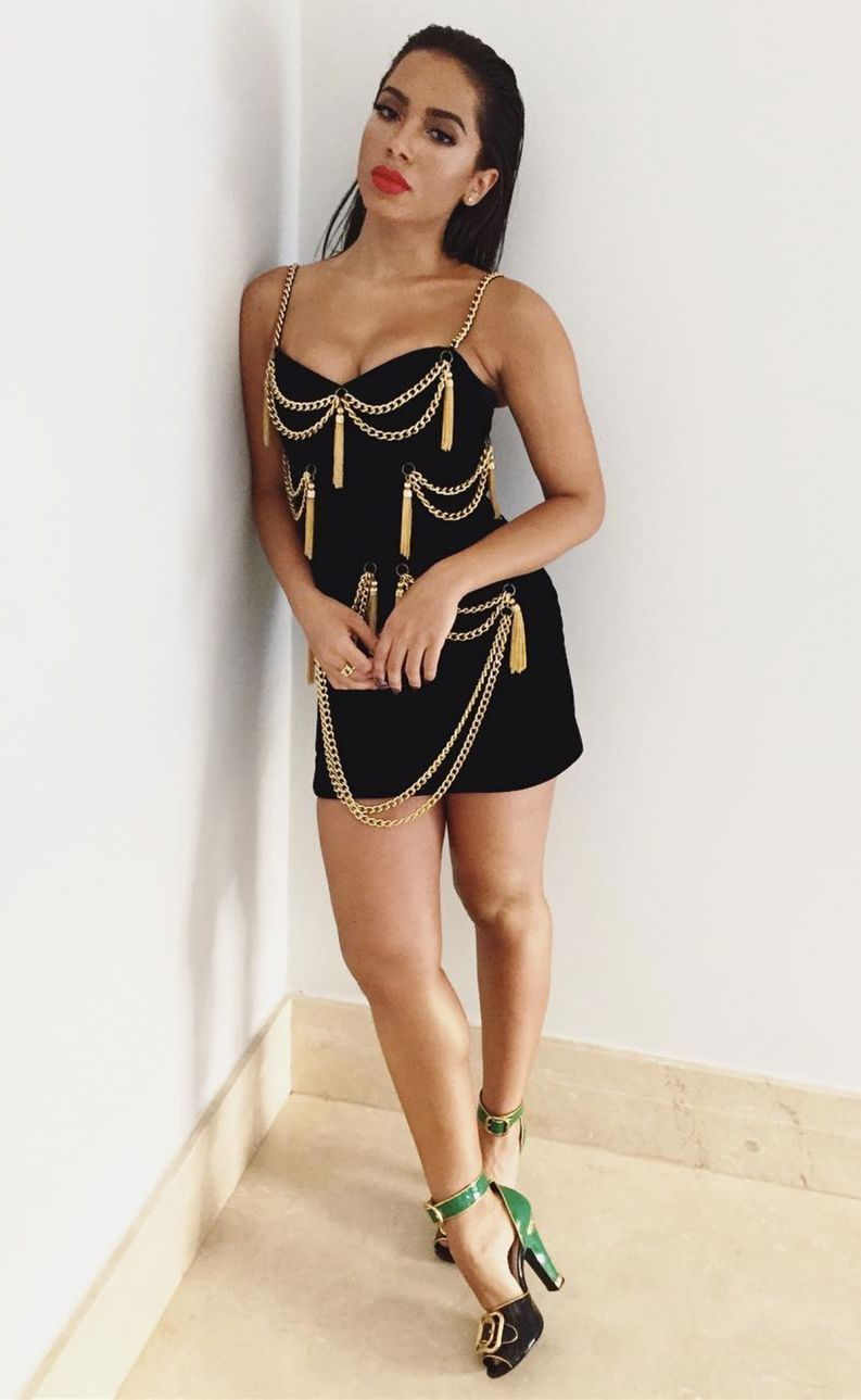 1a9cefa4f Detalhes do look inusitado de Anitta em prêmio: cheio de correntes ...