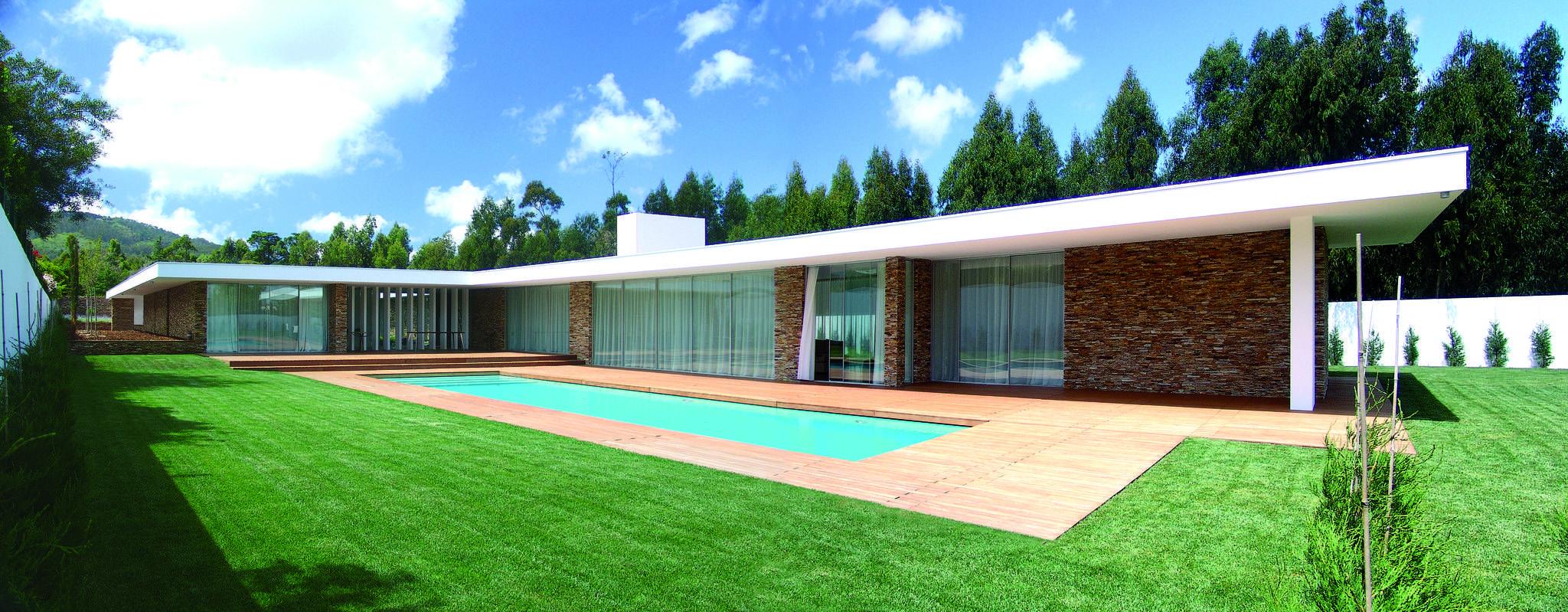 Vista da casa e piscina : Casas modernas por A.As, Arquitectos Associados, Lda