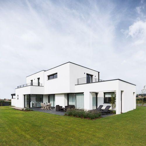 Inspiration pour une façade de maison blanche design de taille