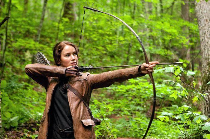 Hollywood-elokuvissa jousiampujat, kuten Jennifer Lawrence Nälkäpeli-elokuvissa, ampuvat nuolta jänteen vasemmalla puolella pitäen.