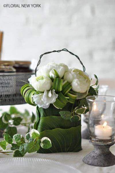 Fiori Bianchi E Verdi.Rose Ranuncolo E Verde Per Questa Borsetta Scultura Composizioni