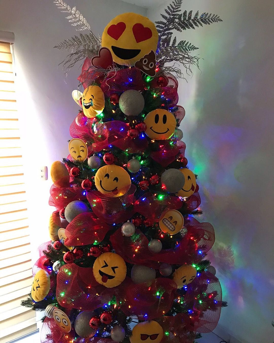 Pin By Tania Hdz De Quiroga On Emoji Christmas Tree Emoji Christmas Tree Emoji Christmas Tree Decorations