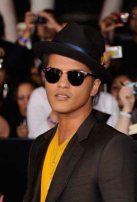 244543ed9a Bruno Mars with his Ray bans