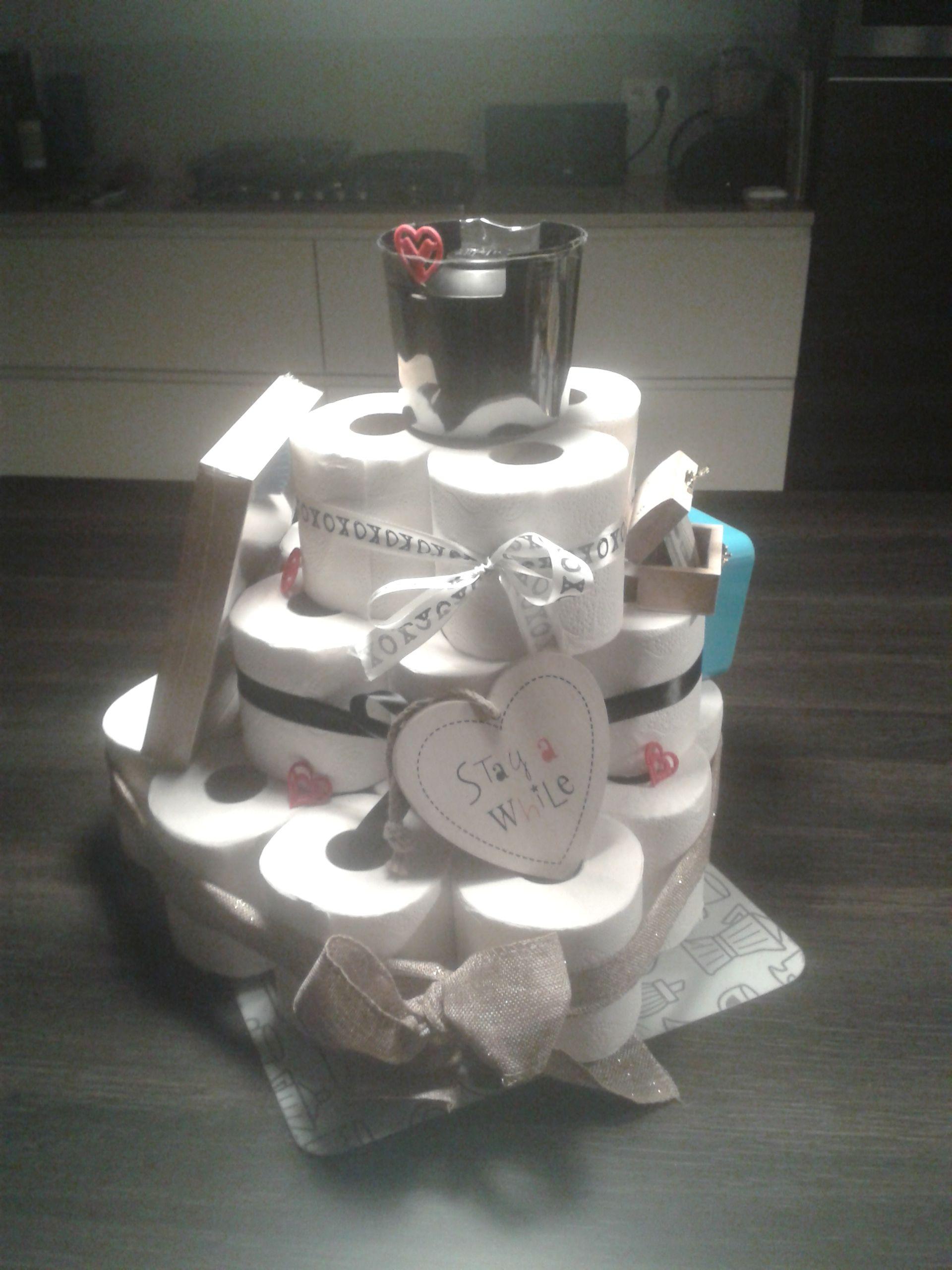 rol taart WC rol taart voor een instuif. Bevat :   WC rollen   WC borstel  rol taart