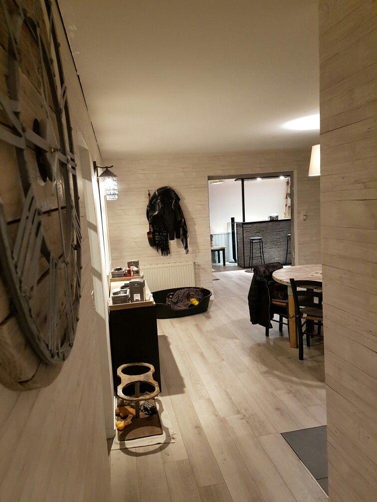 Mon entrée parquet chêne cendré et papier peint imitation bois beige