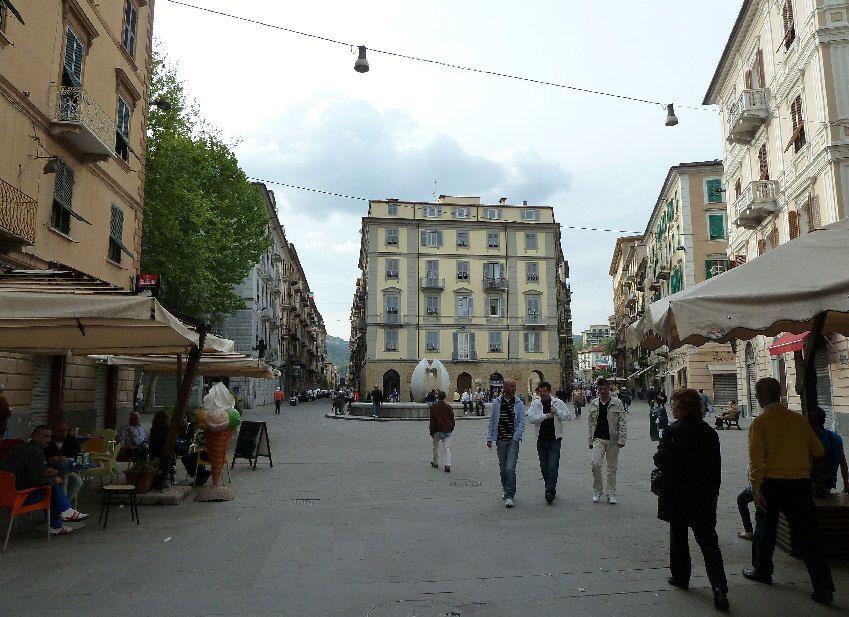 Immagine di http://www.fotoeweb.it/Liguria/LaSpezia/PiazzaGaribaldi%20LaSpezia.jpg.