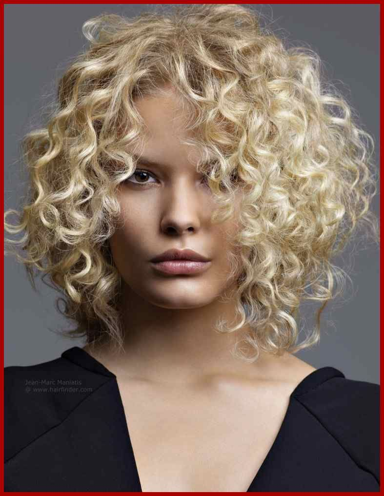 Blonde Mittellange Frisur Mit Korkenzieher Locken Frisuren Tutorials Lockige Frisuren Lockige Haarschnitte Frisuren 2018