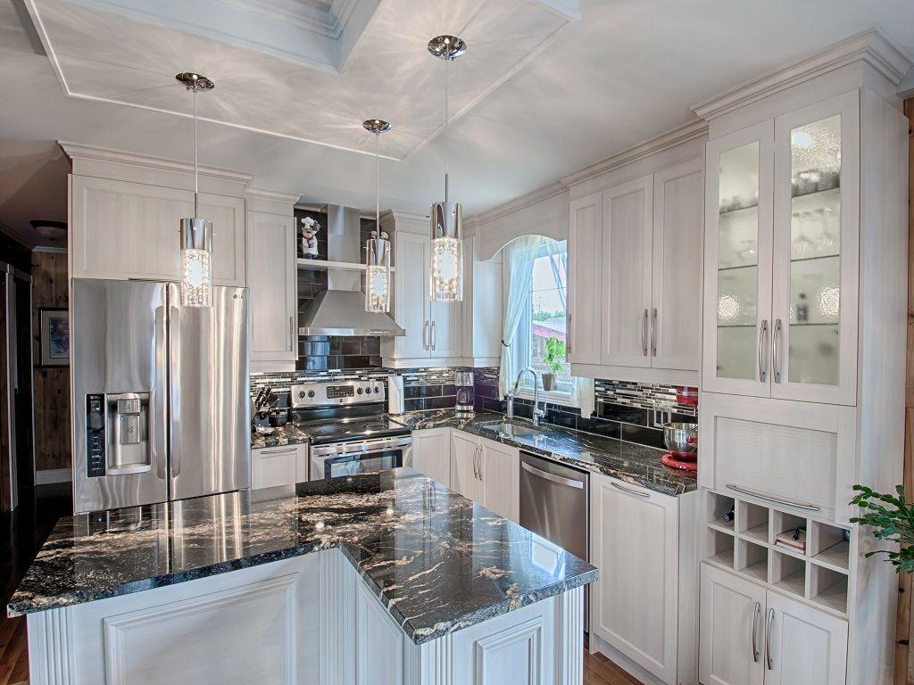 Cette cuisine neuve est très chic grâce aux comptoirs de granit ...