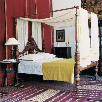 Chambre Avec Lit Colonial à Baldaquin XIXe Indien En Palissandre, Saris  Anciens Pourpre Ou En Voile De Coton