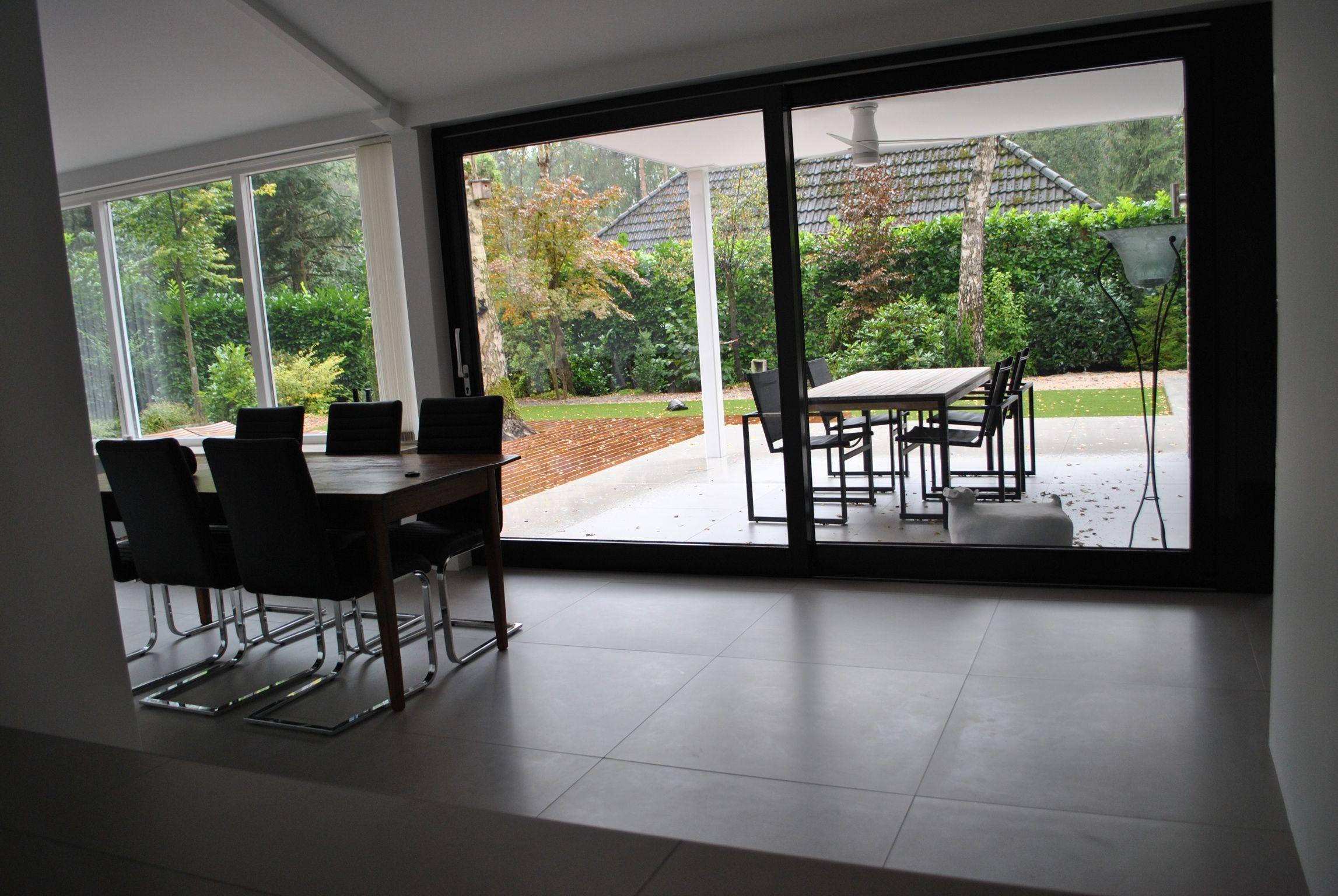 Strakke 90x90 vloertegels met minimale tekening ook doorgelegd op het terras buiten 37 for Buiten terras