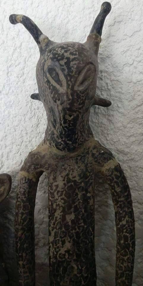 Meksikada arkeolojik kazılar sonrası bulunan ufo ve dünyadışı varlık bibloları... Resmi çeken ve araştırmayı yapan kişi Hector H. Robles