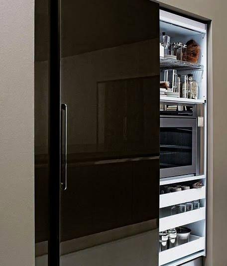 Una puerta corredera puede ser la solución para tenerlo todo a mano pero oculto   #cocinasdediseño #cocinaspracticas #cocinaenorden