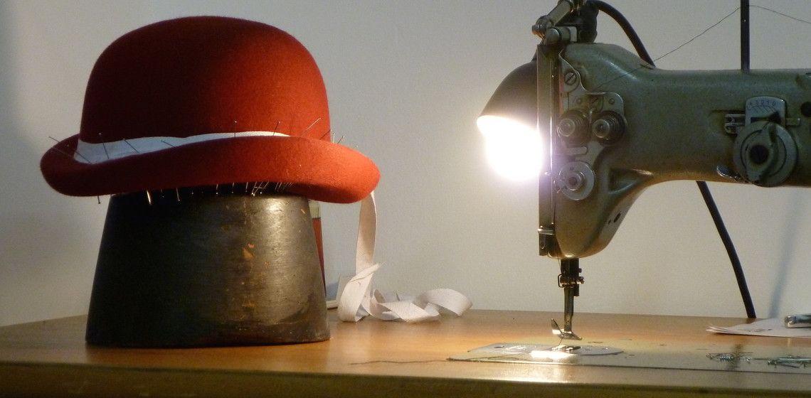 """""""Mit Hutgesicht kann man auch die Unterwäsche vom Partner aufsetzten."""" Wir haben Jessica, Expertin für Kopfbedeckungen, in ihrem Atelier im neunten Bezirk getroffen."""