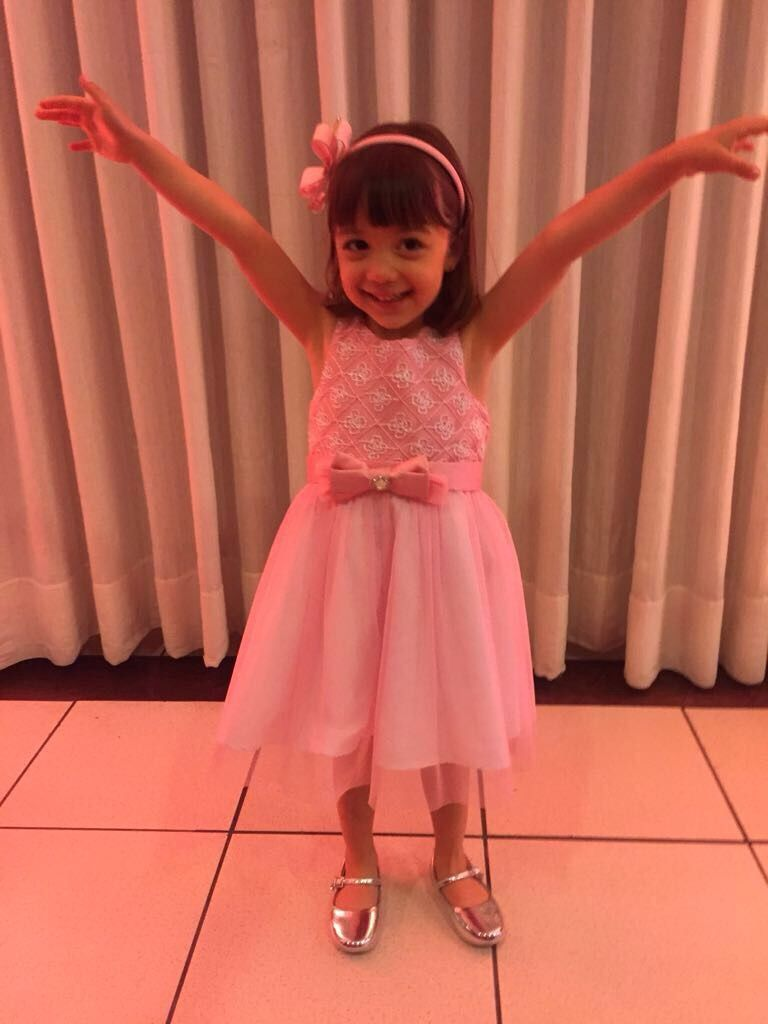 32951ccf73 Vestido Infantil Petit Cherie Branco e Rosa. Blusa de fundo branco coberta  com delicado tule