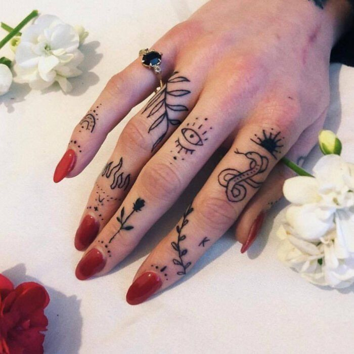 Photo of 16 Ideas para atreverte a combinar una bonita manicura con tatuajes en los dedos