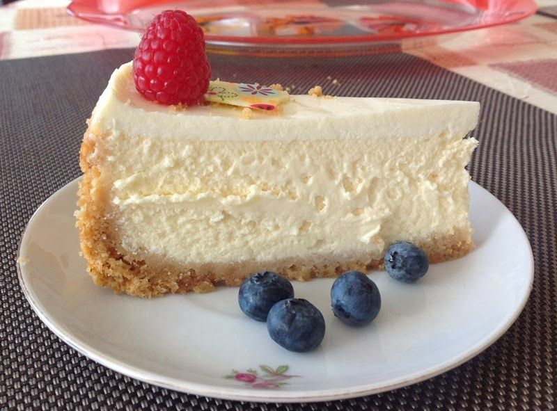 Cheesecake s ovocem is part of Cheesecake recipes - K tomuhle cheesecaku není potřeba nic dodávat  Jemný, krémový, s bohatou chutí sýra a tenkou vrstvou zakysané smetany  Pro mě jednoznačně nejlepší re…