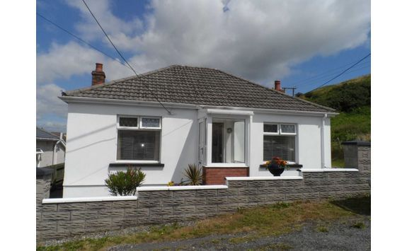 3 bed det. bungalow - For Sale Llynfa Rd, Penclawdd, #Swansea, SA4 3XD. Trad. det. bung. set in a quiet cul de sac loc. in the N. Gower village of Penclawdd. This well pres. & maintained bung. - lounge, d/room, kitch., b/room & 3 beds. (1 is curr. used as a s/room). The prop. boasts a delightful rear garden with estuary views & c/park to the side. D/Glaz. and GCH. Viewing is recom. to appreciate the layout and loc. Dawsons - Swansea  11 Walter Rd, SA1 5NF.  www.dawsonsproperty.co.uk 01792…