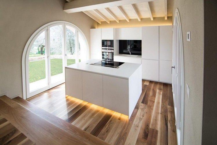 Nussbaum Parkett und weiße Holzbalkendecke in einer - holzbalken decke interieur modern