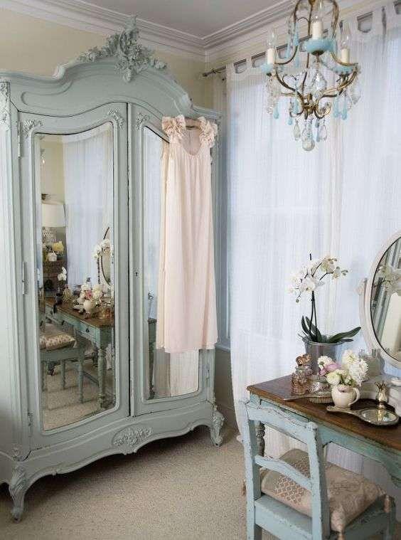 Camera da letto in stile parigino - Armadio e sedia pastello ...