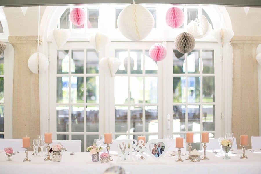 Romantische Tischdeko In Den Pastellfarben Pfirsich Vanille Und Rosa Bei Einer Hochzeit Im Botanischen Botanischer Garten Munchen Botanischer Garten Hochzeit