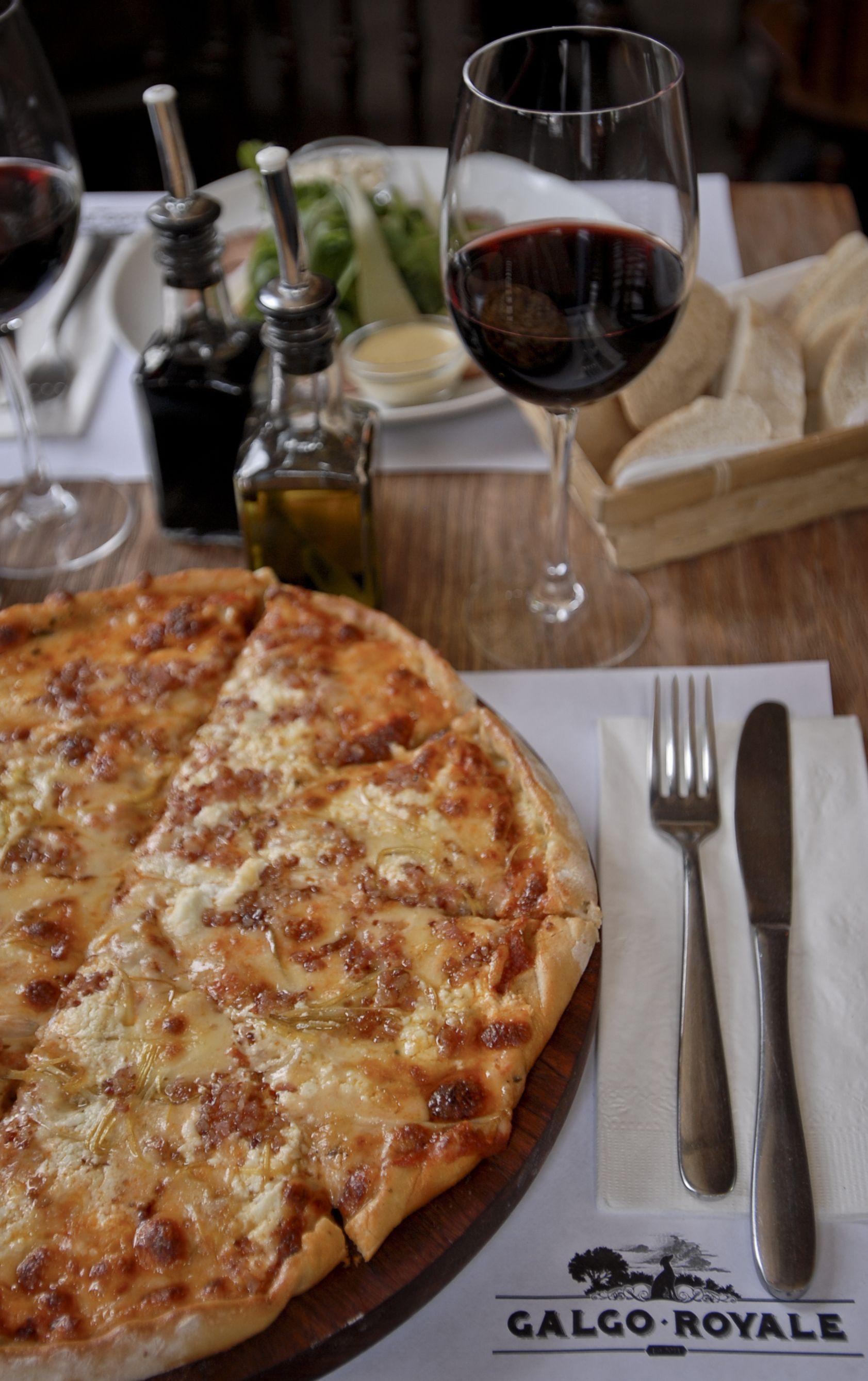 Todos los platillos de este restaurante se preparan al horno y hay buena variedad en cuanto al men. Algunos ejemplos son los medallones con vegetales caramelizados pasta con jitomate y aceite as como una gran variedad de pizzas.