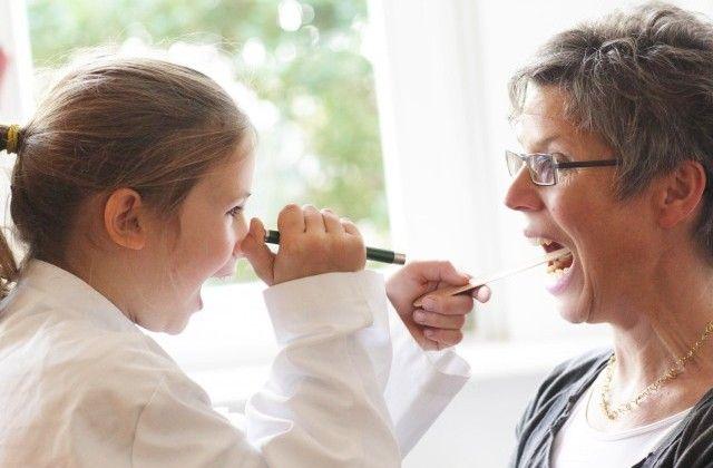 Criança brincando de médico - By Raquel Faconti
