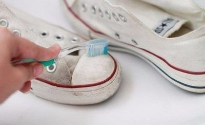 SHE CLEANED HER SHOES WITH TOOTHPASTE AND THEY LOOK LIKE NEW AGAIN! CAN'T WAIT TO TRY THESE HACKS LATER!