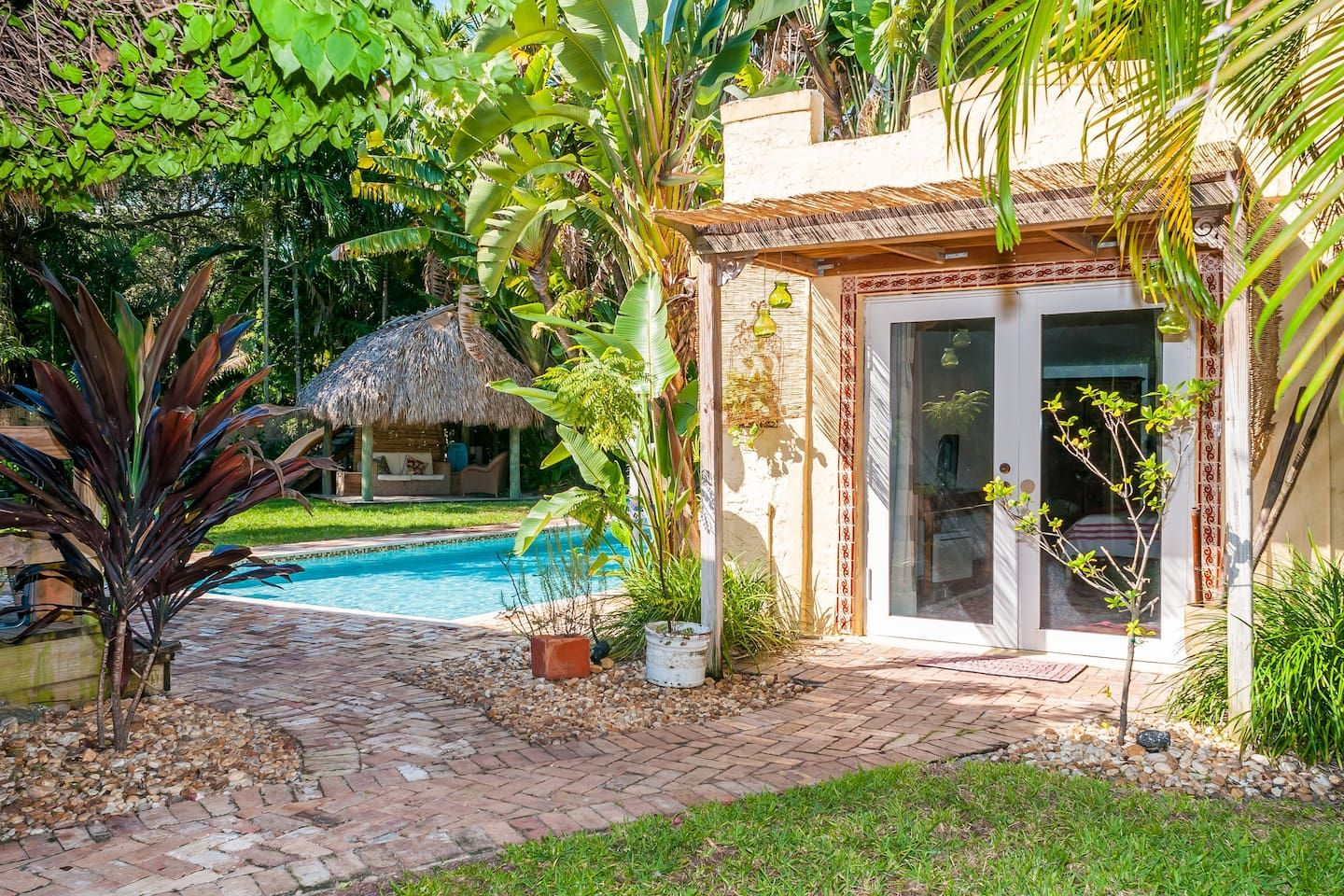 Cozy and charming cottage houses for rent in biscayne