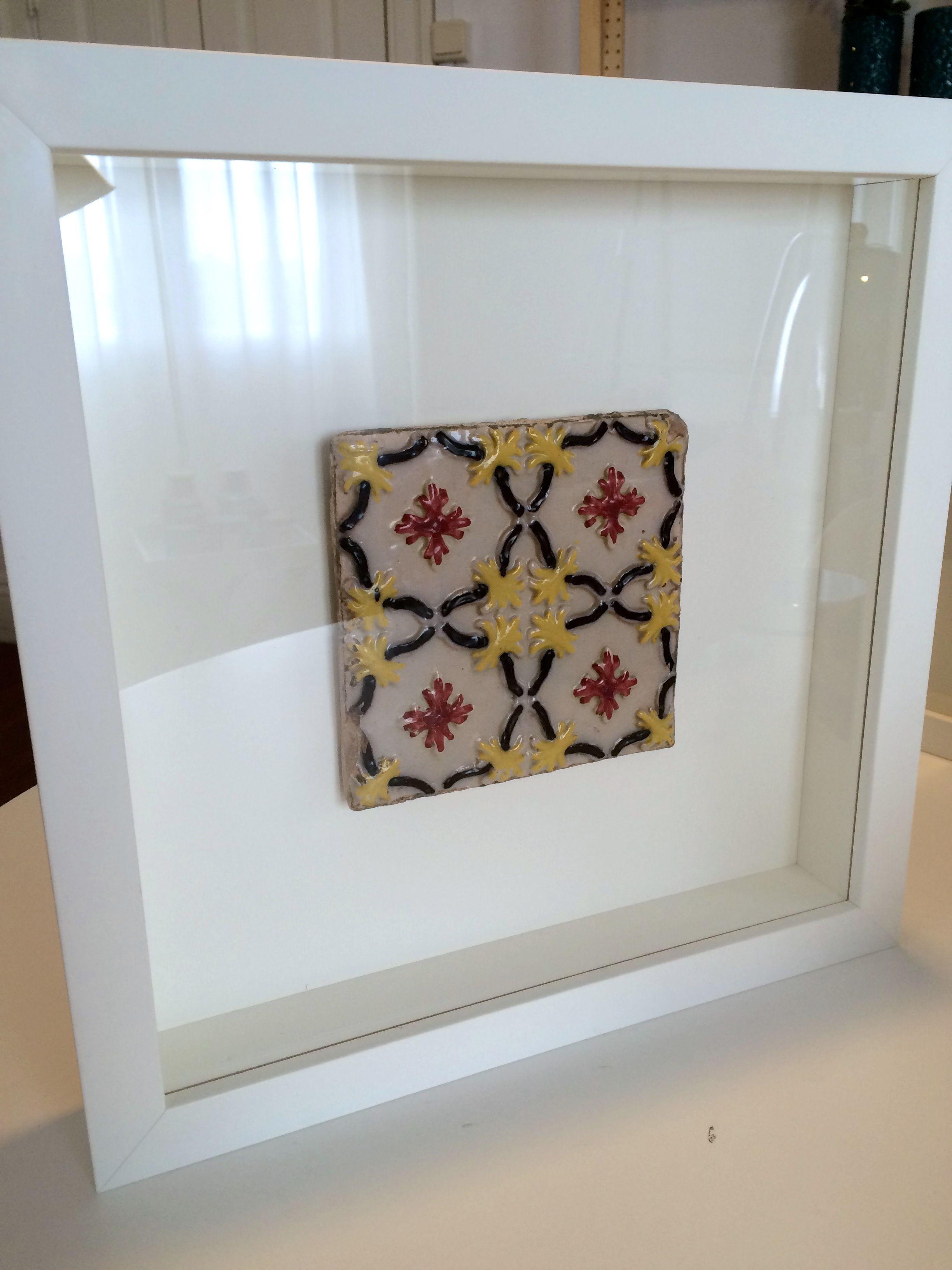 Moldura com azulejo original português.