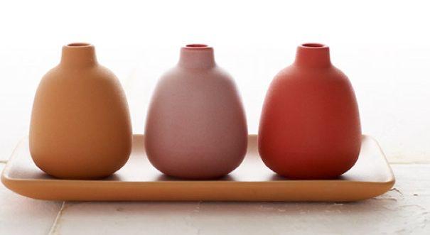 Afbeelding van http://www.remodelista.com/files/img/sub/heath-ceramics-summer-bud-vases.jpg.