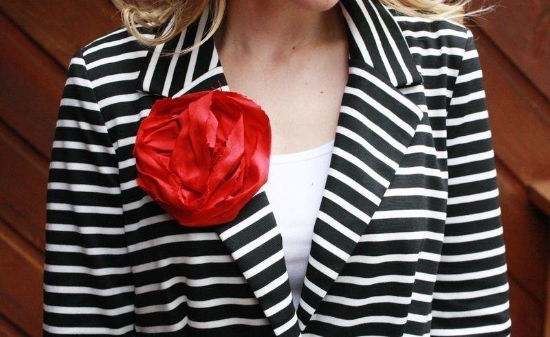#BLOG | Boa sexta! Um broche com tecido para você usar na roupa ou até mesmo como aplique em um penteado. Aproveita a manhã passa lá no http://ift.tt/11TT7Wu e escolha o seu PAP de flor favorito no post Lista #3. :D #sexta #instafriday #flores #feltro #inspiração #artesanato #euamofazerartesanto