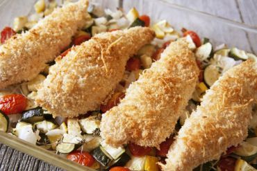 Parmesan-Hühnchen auf gebratenem Sommergemüse Rezept