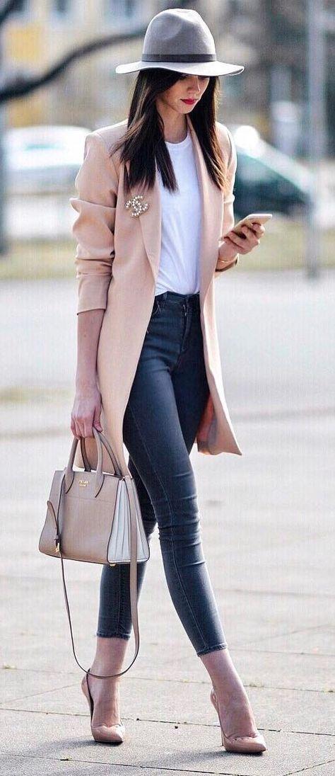 a3df0e5491e3 Fashion Blogger Style. Le 20 tendenze moda per l autunno inverno 2017 2018  Completo Di Jeans Scuro
