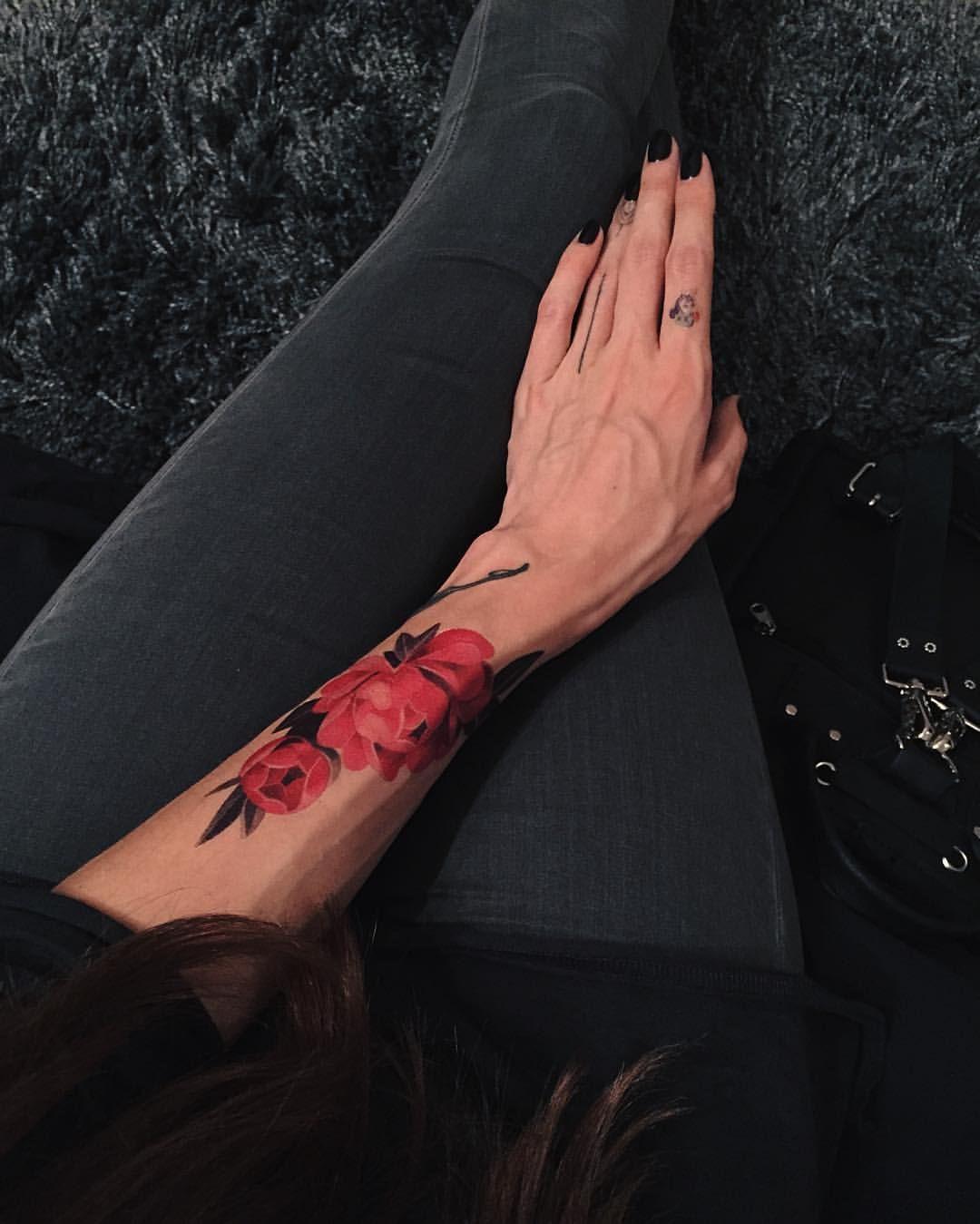 Как настоящая ❤️Это переводная татуировка @madebytattooyou design by @sashaunisex #temporarytattoo #rosetattoo #love #moscow  (at Vero's Place)