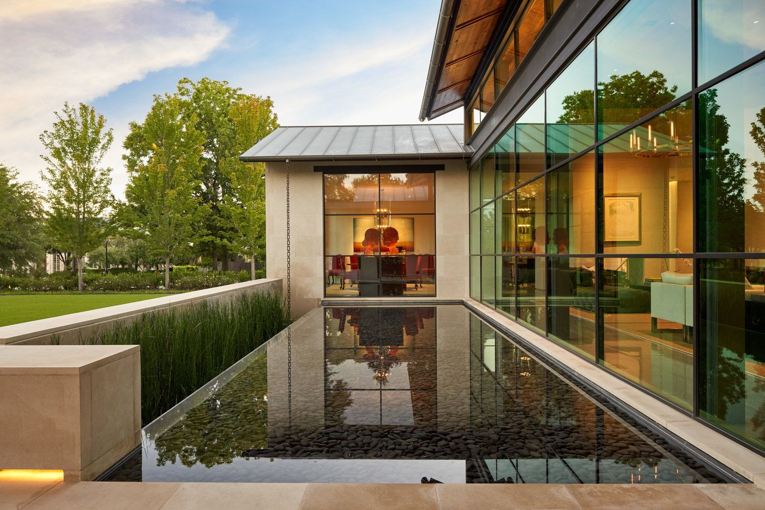 Exterior pond introduces a strong connection between inside and out - SMH Architects #modernhousedesign #dreamhouseideas #housedesigns #exterior #facadedesign