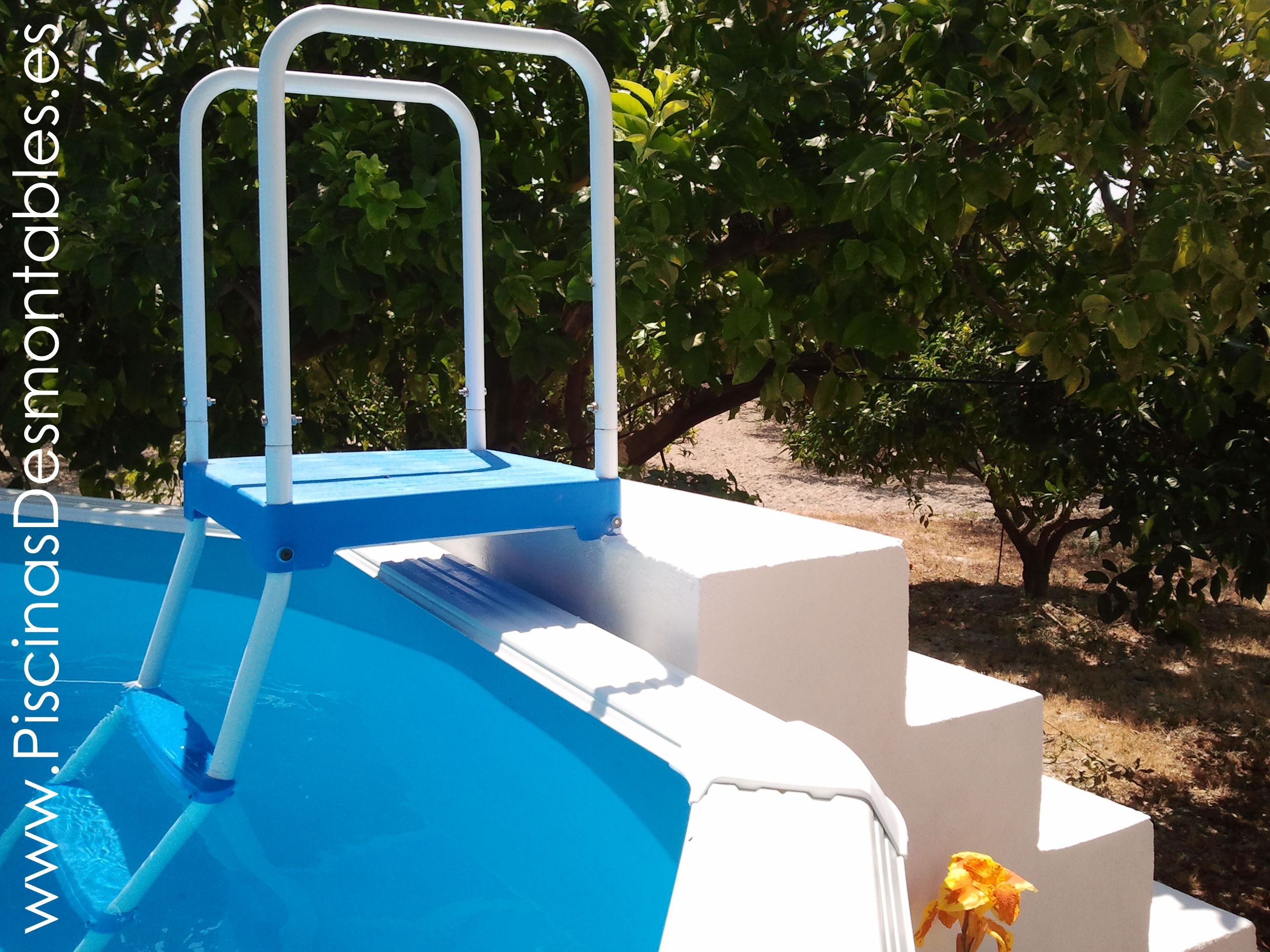 Escalera de piscinas desmontables toi adaptada a una for Piscinas desmontables
