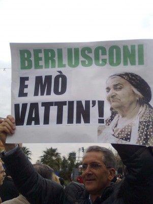 13/2/2011. Cartello barese che invita Berlusconi a lasciare la sua carica.
