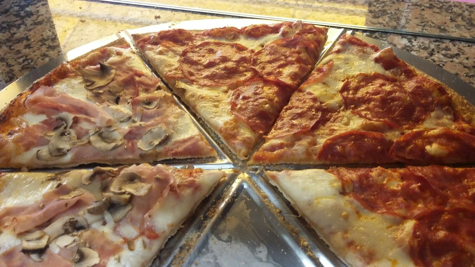 Pizza farcita con salame piccante pizza farcita con prosciutto cotto