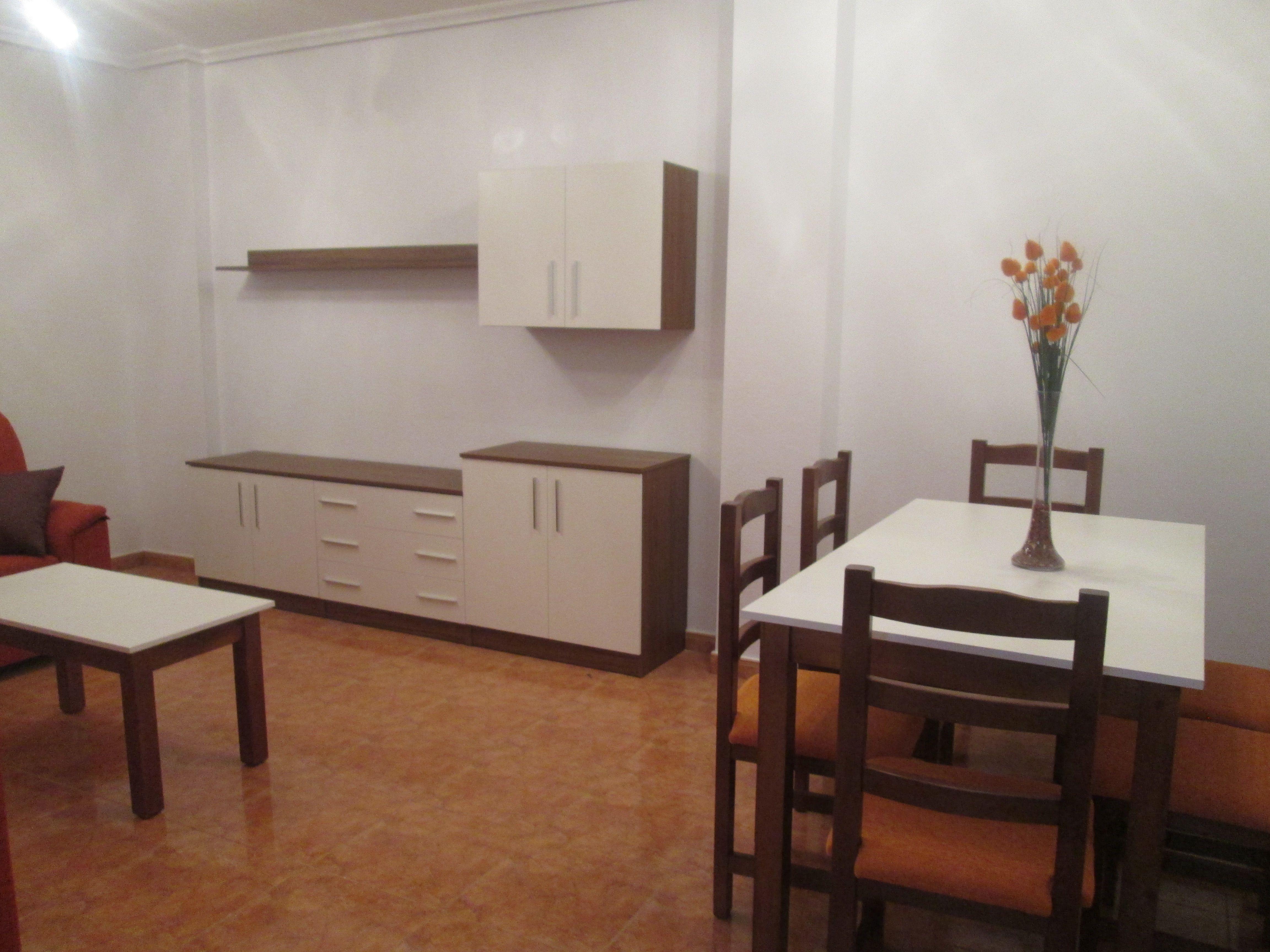 Amuebla tu piso por sólo 3500€; comedor con sofás, cocina con ...