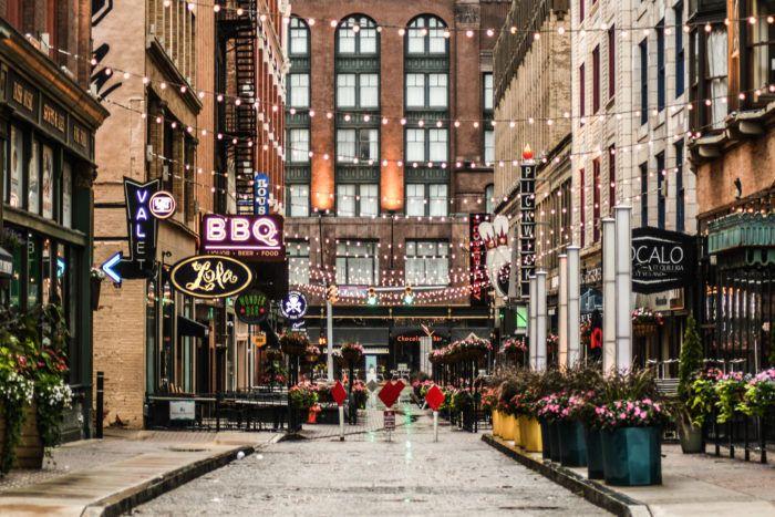 Ces photos montrent comment l'emblématique East Quatrième de Cleveland est devenue silencieusement l'une des plus belles rues de la ville
