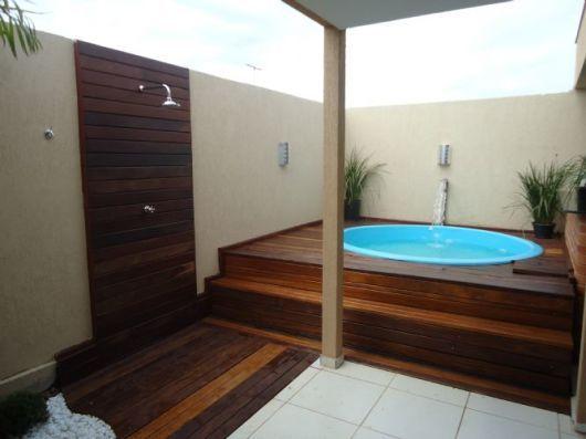 Deck de madeira com piscina redonda piscina pinterest for Piscinas plasticas redondas