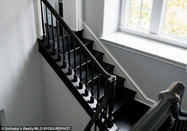 Muito espaço: escadas de Kylie eram negros para continuar o tema monocromático...