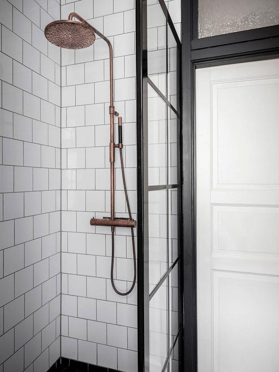 Zwart Wit Badkamer Met Koperen Details Zwart Wit Badkamers Witte Badkamer Badkamer Zwart
