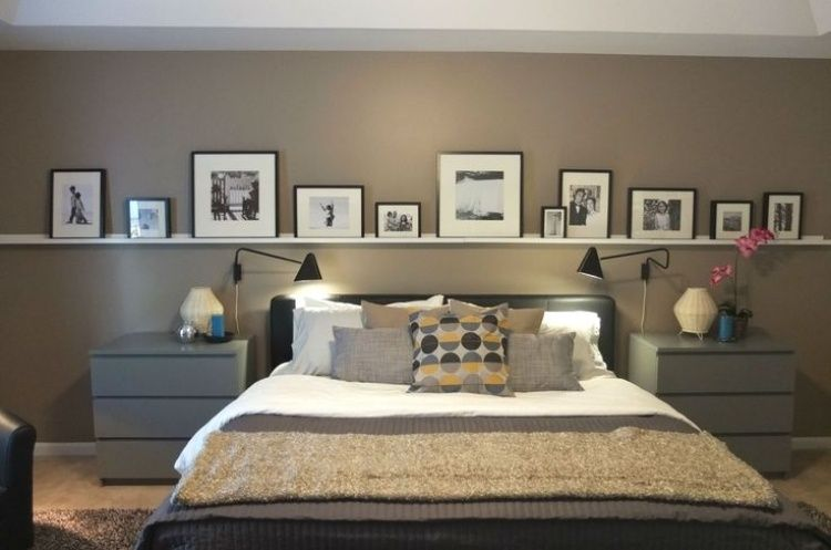bilderleiste an der wand hinter dem bett im schlafzimmer. Black Bedroom Furniture Sets. Home Design Ideas