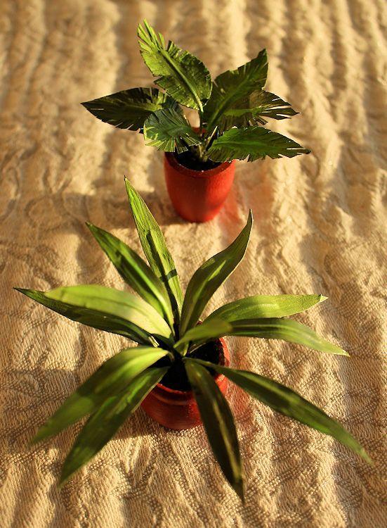 Maalarinteipistä, kukkalangasta, puisista ruukuista, itsekovettuvasta savesta ja askartelumaaleista syntyi kohtuullisen aidon oloisia kukkasia.