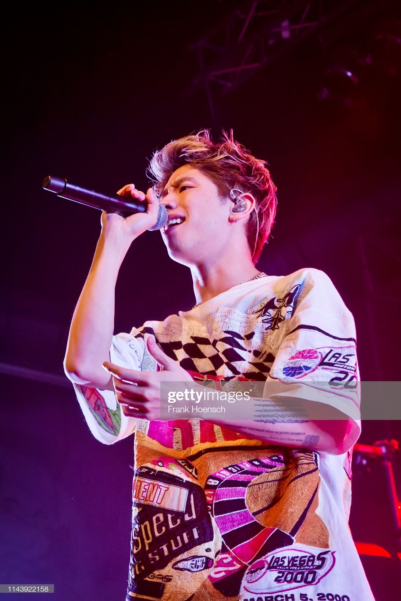 Singer Taka Of The Japanese Band One Ok Rock Performs Live On Stage ワンオク 壁紙 わんおくろっく ワンオク タカ
