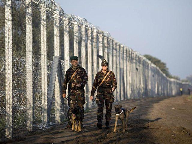 Nach den Plänen von Regierungschef Viktor Orban sollen künftig alle Asylbewerber nahe der Grenze zu Serbien in Containersiedlungen untergebracht werden, die sie bis zur Entscheidung über ihr Verfahren nicht verlassen dürfen.