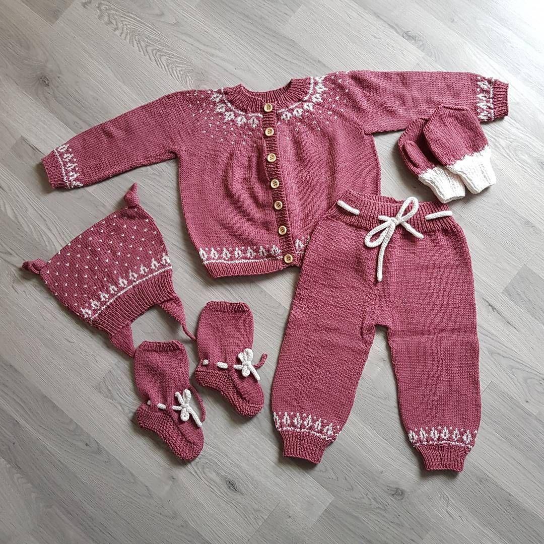 ea70b74d143 ... #vinterkonglesokker #vinterkonglevotter #sandnesgarn #tynnmerinoull  #lyng #knitting #knittersofinstagram #nevernotknitting #strikkedilla #strikk