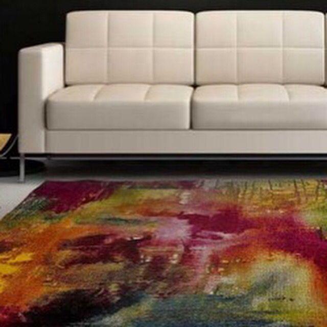 Härlig kombo med färgglad matta. Stilrent mot enfärgad soffa och vägg