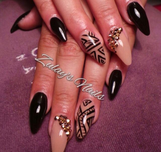 Sexy black nails with a touch of gold! #blackAndgoldnails